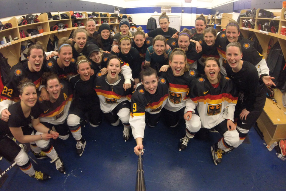 https://www.sporthilfe.de/fileadmin/images/athletenfoerderung/Foerderbeispiele/Eishockey/img_team_Frauen_Eishockey__wm2017_jubel_960px.jpg